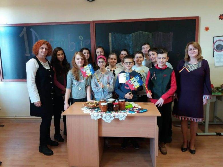 """Elevii și cadrele didactice au marcat ziua Romaniei prin proiectul """"Uniti în Centenar"""", 2018"""