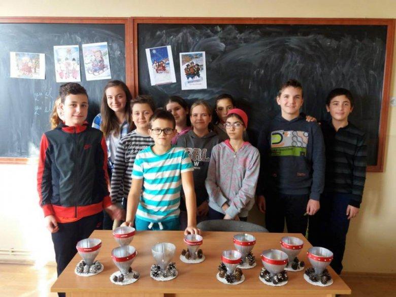 Confecționarea pungulițelor de cadouri cu motive de iarnă, pe care elevii le-au umplut cu dulciuri și ornamente de ipsos, produse tot de ei și dăruite copiilor de la Centrul școlar din Târgu Lăpuș