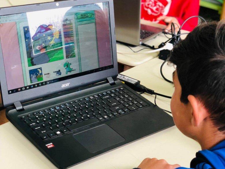 Primul clic clasa a II-a B! Elevii au învățat să deseneze, să folosească mouse-ul și tastatura, să caute informații pe Google. Coordonator: prof. Bîrle Samuel Florin, prof. înv. primar Pașca Melania