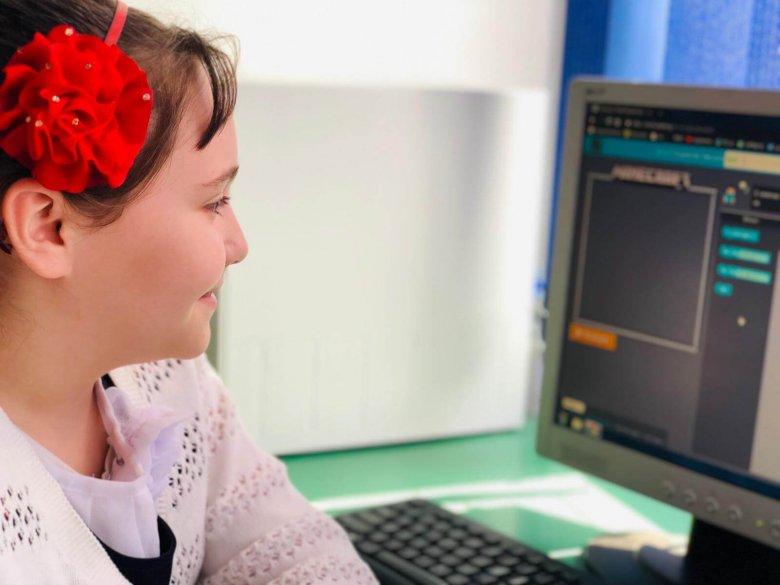 Codează din clasa a V-a! Grup țintă: elevii clasei a V-a A. Obiectiv: Inițierea elevilor din ciclul gimnazial în tainele programării. Copiii au dezvoltat cod și au înțeles  într-un mod creativ cum pot să creeze în viitor propriile produse. Coordonator: prof. Tărău Rodica